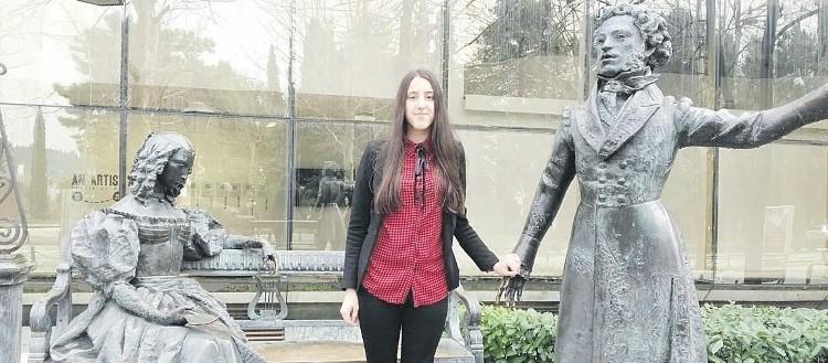 Ирена Маджгаль в Подгорице у памятника Пушкину и Гончаровой. Фото: Vijesti.me