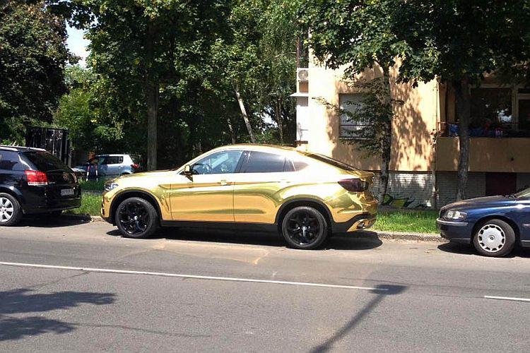 Zolotistyj Bmw X6 Na Ulicah Belgrada