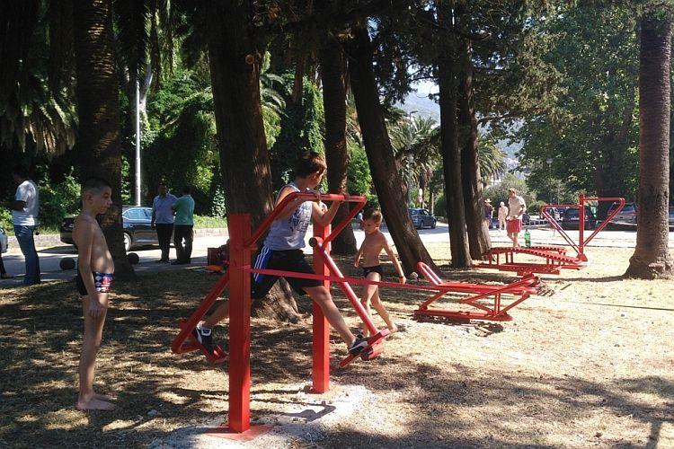 В Херцег-Нови установили первую площадку с уличными тренажерами